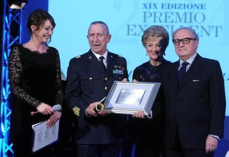 Premio all'astronauta Luca Parmitano consegnato da Ombretta Fumagalli Carulli e da Achille Colombo Clerici. Ritira il premio il Comandante della Prima Regione Aerea Gen.S.A. Mario Renzo Ottone