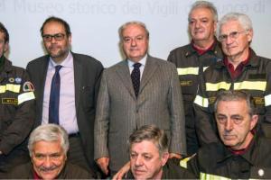 Achille Colombo Clerici con l'Assessoer Granelli e i volontari dei Vigili del Fuoco
